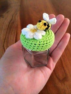 Free crochet pattern for tiny jar lid cover ༺✿ƬⱤღ… Crochet Kitchen, Crochet Home, Love Crochet, Crochet Gifts, Crochet Flowers, Knit Crochet, Chrochet, Crochet Jar Covers, Crochet Amigurumi