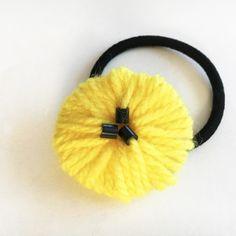 ご家庭にあるトイレットペーパーの芯と毛糸を使って簡単おしゃれなお花のブローチができます。 編まずに巻くだけの作業で、お子さんも簡単です。 (母の日にお祖母ちゃんにプレゼントしてもいいですね♪) 糸の素材や大きさによって雰囲気が変わり、大人用・子供用と作り分けしても楽しいです。 100円ショップの毛糸でも十分な仕上がりです◎