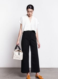 Have you tried the cropped wide leg pants trend? Majorly cute, and with plenty of 70s vibes, the shape is actually much more flattering than you'd think. Crop Pants Outfit, Culottes Outfit Summer, Black Crop Pants, Wide Leg Black Pants, Wide Legged Pants, Wide Leg Pants Street Style, Wide Leg Pants Outfit Summer, Gaucho Pants Outfit, Cropped Wide Leg Trousers