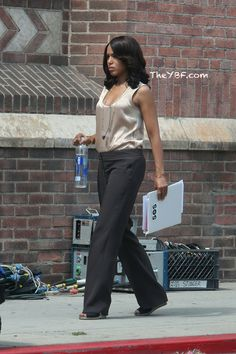 Yesterday's LA shoot did call for at least one outfit change as we noted Kerry swapping her black top for a beige one. Olivia Pope Outfits, Olivia Pope Style, Business Professional Women, Professional Outfits, Scandal Fashion, Kerry Washington, Career Wear, Business Dresses, Work Wardrobe