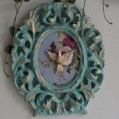 A imagem da pomba branca do Divino Espirito Santo utilizada na decoraçao representa proteção. <br>Moldura em gesso pintada com detalhes em dourado. <br>Pomba branca representando o Divino Espirito Santo tambem em gesso, adornada com tecido no fundo