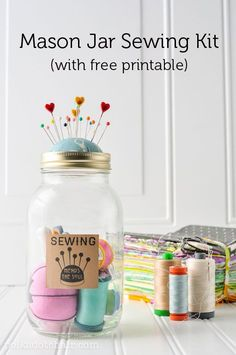 DIY Mason Jar Sewing kit a great gift ideas for Christmas. How to make a mason jar sewing kit, free printable, free sewing printable. Mason Jar Christmas Gifts, Mason Jar Gifts, Noel Christmas, Mason Jar Diy, Handmade Christmas, Sewing Kit, Free Sewing, Sewing Hacks, Diy Mothers Day Gifts