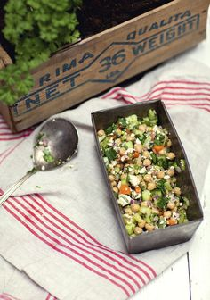 Ensalada de garbanzos, pepino y hierbas frescas: tres veces al día Chicken Salad Recipes, Healthy Salad Recipes, Veggie Recipes, Vegetarian Recipes, Healthy Lunches, Healthy Chicken, Herb Salad, Salad Bar, Healthy Cooking