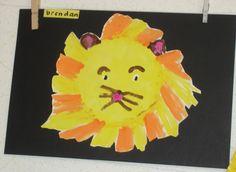 De kinderen verven een leeuw. Het enige wat de kinderen aangereikt wordt zijn de kleuren verf en een wit blad met daarop een cirkel getekend