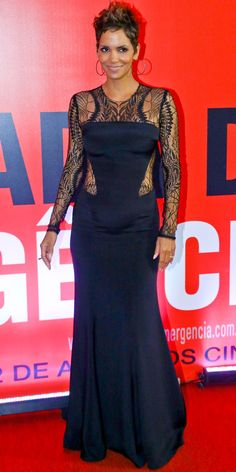 Back in Black from Fashion Spotlight: Halle Berry Expectant moms can still be sexy! Halle wows in this lacy, floor-length black gown by Monique Lhuillier at a premiere for The Call in Rio de Janeiro. Monique Lhuillier Dresses, Fashion Fail, High Fashion, Queen, Night Looks, Halle Berry, Red Carpet Looks, Back To Black, Her Style