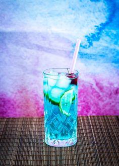 Härligt blå drink med inslag av vodka och curaçao. #drink #cocktail #vodka Blue Lagoon, Shot Glass, Juice, Cocktails, Ice Cream, Fruit, Tableware, Larry, Wallpaper
