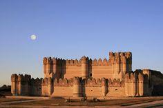 コカ城(スペイン) 15世紀にセビリア大司教の命令で建造された城塞。キリスト教が再支配したイベリア半島に残留したイスラム教徒によって生み出された「ムデハル様式」が使われている。同様式の建築物としては、最も保存状態が良い。