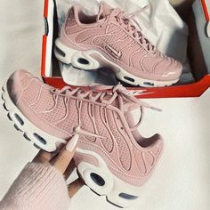 Nike air max plus Nike Air Tuned, Pumas Shoes, Women's Shoes, Pink Nike Shoes, Roshe Shoes, Shoes 2017, Cute Shoes, Me Too Shoes, Trendy Shoes