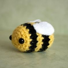 cute little bee - How to Amigurumi video, too. @Cristal Alvey and @Brenda Nester