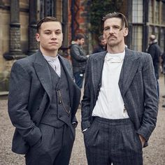 Peaky Blinders Outfit Idea how to dress like a peaky blinder cillian murphy mnner Peaky Blinders Outfit. Here is Peaky Blinders Outfit Idea for you. Traje Peaky Blinders, Costume Peaky Blinders, Peaky Blinders Season, Costume Gris, Gilet Costume, Finn Cole, Joe Cole, Costumes En Tweed, Peaky Blinders Merchandise