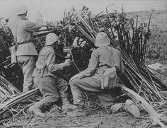 Румынские артиллеристы ведут огонь из 47-мм пушки во время боя в Бессарабии