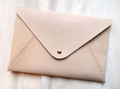 | Personalized iPad mini case in envelope clutch. Leather. Vía Etsy. |