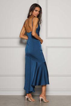 Obłędna, wieczorowa suknia w kolorze roku 2020 wg Pantone - classic blue. Ten odcień pasuje zarówno do blodnynek, jak i brunetek. Wypożycz, gdy chcesz wyglądać kobieco, seksownie i elegancko równocześnie. Noś ze złotymi lub srebrnymi dodatkami. Falbana w dolnej części sukienki dodaje ekstrawagancji. Odkryte plecy zachwycą każdego podczas przyjęcia. Anna, Jumpsuit, Dresses, Fashion, Cloakroom Basin, Overalls, Vestidos, Moda, La Mode
