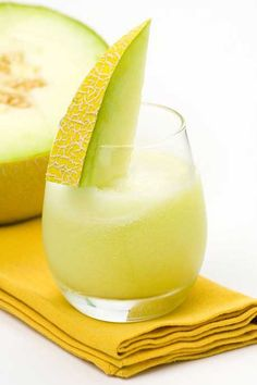 How-to start a morning with the right nutrients? Begin with this Melon Breeze Smoothie made w/ kale, spinach, and banana.