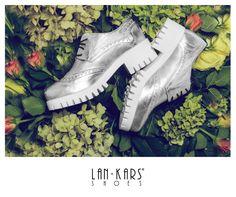 Srebrne oxfordy na grubej, białej podeszwie.  #shoes #silver #metalic #shiny #autumn #fall #flowers #flatlay #creative #fashion #love #best #beautiful #style #fashion #lankars #leather