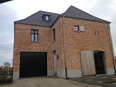 Nieuwe verbeterde oude klampsteen derdeling k120 met zwarte ramen oude en verouderde - Exterieur ingang eigentijds huis ...