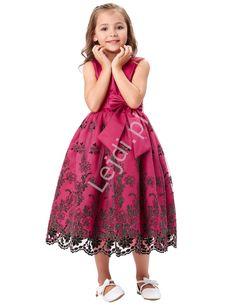 Unikalna długa fuksjowa sukienka dla dziewczynki. Sukienka idealna na wesele, urodziny, wyjątkowe okazje. Sukienka z czarnym haftem na tiulu.