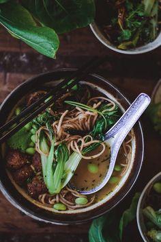 Ramen-keitto (V, GF) – Viimeistä murua myöten Seaweed Salad, Ramen, Noodles, Ethnic Recipes, Noodle Recipes, Soups, Waiting, Food, Macaroni