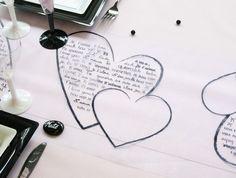 """Cette table célèbre l'amour ! La preuve avec ce chemin de table, décorés de cœurs. Dans les plus grands, il est même inscrit """"Je t'aime"""" dans de nombreuse langues."""