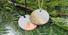 How to make your own concrete jewelry with golden and copper details. A nice Christmas gift for your loved ones and yourself.