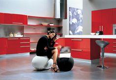 cuisine rouge avec poufs tout confort armoires rouge et tabouret de bar
