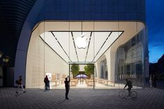 A look at the first Jony Ive-designed Apple Store
