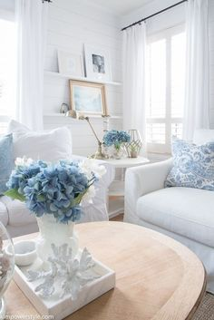 Easy Home Decorating Ideas for your home with color, furniture and accessories. Home decor tips to design your living room, bedroom, bathroom Beach Cottage Style, Beach House Decor, Summer House Decor, Lake Cottage, Coastal Living Rooms, Living Room Decor, White Living Rooms, Bedroom Decor, White Rooms