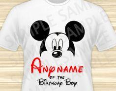 Mickey ratón cualquier nombre del cumpleaños niño hierro en. Cumpleaños Mickey Mouse hierro en transferencia. Camiseta de cumpleaños de Mickey Mouse. ARCHIVO DIGITAL.