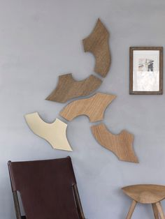 Wood wood wood - and then a little brass. The Yin sculptures on the grey Kabe wall create a soft look that leads the mind to nature. Wall Decor, Wall Art, Wall Sculptures, Different Shapes, Wall Design, Wood Wood, Abstract, Create, Brass