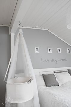 Schlicht & edel das Grau im Schlafzimmer. #KOLORAT #Schlafzimmer #Grau                                                                                                                                                      Mehr