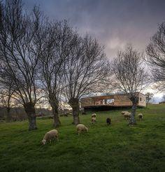Projekční firma CH+QS Arquitectors navrhla dům, který byl postaven na venkově…