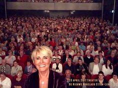 """Dana Winner - favoriete zangeres. Theaterseizoen 2017. Haar nieuwe theatertour """"Uit bewondering"""". Selfie met de zaal. Ik was erbij :-)"""