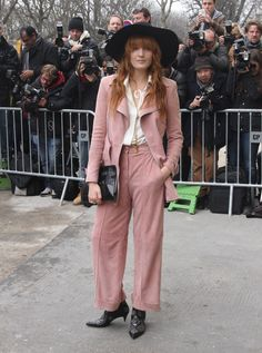 Florence Welch practically invented the revival, as she displayed at Paris Fashion Week. Her dusty rose Chanel was timeless, but she made the look her own with studded boots, a bohemian wide-brimmed hat and layered necklaces. Fashion Week Paris, 70s Fashion, Fashion Outfits, Florence Welch Style, Dandy, 70s Mode, Hippie Style, My Style, Boho Style