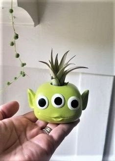 Toy Story Alien air plant holder Toy story gift Alien gift little green men Fathers day gift custom Funko Clay Art Projects, Clay Crafts, Diy And Crafts, Polymer Clay Disney, Alien Plants, Custom Funko, Toy Story Alien, Ikebana, 3d Prints