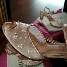 Ρομαντικά Χειροποίητα Νυφικά παπούτσια Divina σε Ροζ-Χρυσο με διαφάνεια φιλτιρε με κέντημα από πέρλες σε χαμηλό φαρδύ Τακουνι Pearl Embroidery, Groom Accessories, Bride Gifts, Bridal Shoes, Low Heels, Pink And Gold, Pearls, Handmade, Wedding