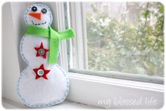Cute Felt Snowman DIY Winter Decorations | Get out your felt, because you'll want to get working on these cute little decorative felt craft ideas right away.
