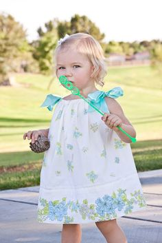 a cute little baby dress made from a pillow case. i think maybe Gia will  need one :)