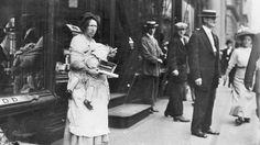 Per gli amanti dei #chewinggum ecco una venditrice  a #Broadway.  #photo #vintage #fotografia #StatiUniti #Usa #biancoenero