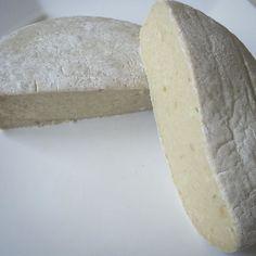 """""""Queijo"""" vegano tipo Brie francês! Muito gostoso para corte e extremamente apetitoso derretido. Harmoniza que é uma beleza com vinho vegano! Hummmm C'EST SI BON!!! by vivalaveggie_niteroi"""