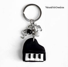 Portachiavi pianoforte a coda  in fimo, by Velours Noir Crèations, 12,00 € su misshobby.com