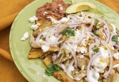 Chilaquiles Verdes with Chicken will become one of your favorites snacks, appetizer or even meal!This recipe is so, good! Chilaquiles Verdes Recipe, Chicken Chilaquiles, Mexican Salsa Verde, Mexican Crema, Mexican Chicken Recipes, Mexican Dishes, Canapes Recipes, Appetizer Recipes, Cooking Recipes