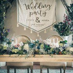 * この会場に決めたときから、 高砂の後ろはアーチにしてタペストリーを垂らすんだ!と勝手な妄想を膨らませてたけど、 ほんとに実現できて嬉しい…。 . 高砂のサイズ感も良く分からないまま フライング気味に作ったけど、ぴったり⍤⃝! . #結婚式レポ #結婚式diy #タペストリー #手作りタペストリー #高砂装花 #フレアージュ桜坂