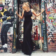 looksly - Julia Faria com vestido longo preto com recortes na cintura da Black Edition do Inverno 2016