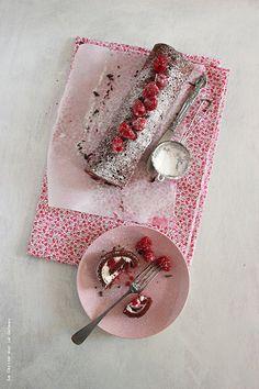 Gateau roulé au chocolat, mousse de fromage blanc et framboises