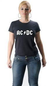 Camiseta AC/DC é perfeita para os amantes do Rock : AC/DC  é uma   banda   de   rock   formada em   Sydney ,   Austrália   em   1973   pelos irmãos   Angus   e   Malcolm Young . A banda é normalmente classificada como   hard rock   e considerada uma das pioneiras do   heavy metal ,  juntamente com bandas como   Led Zeppelin ,   Black Sabbath ,   Thin Lizzy ,   Judas Priest   e   Deep Purple .    O AC/DC passou por várias mudanças de alinhamento ante