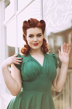 Retro Swing Dress in Emerald Vintage Inspired Dresses, Vintage Style Outfits, 1940s Fashion, Vintage Fashion, Emerald Green Dresses, Rockabilly Hair, Vintage Glamour, 50s Vintage, Dapper Day