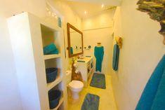 Villa L'Ankarena  île Sainte Marie Madagascar  Salle de bain bleu canard  Ecolodge le Ravoraha