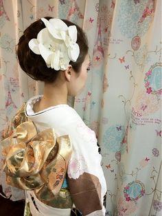 えり足を強調して、すっきりと仕上げてお花を強調することで成人式でもぴったりです。 Yukata Kimono, Japanese Kimono, Ruffle Blouse, Hair Styles, Women, Flower, Earrings, Accessories, Fashion