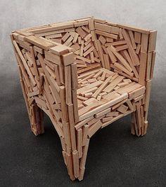 A Cadeira Favela dos Irmãos Campana possui um design que remete a construção dos barracos.