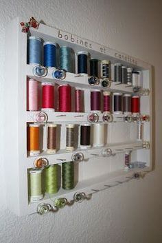 Thread and bobbin storage, awesome idea Coin Couture, Couture Sewing, Craft Organisation, Sewing Room Organization, Craft Room Storage, Diy Storage, Storage Ideas, Purse Storage, Organizing Ideas